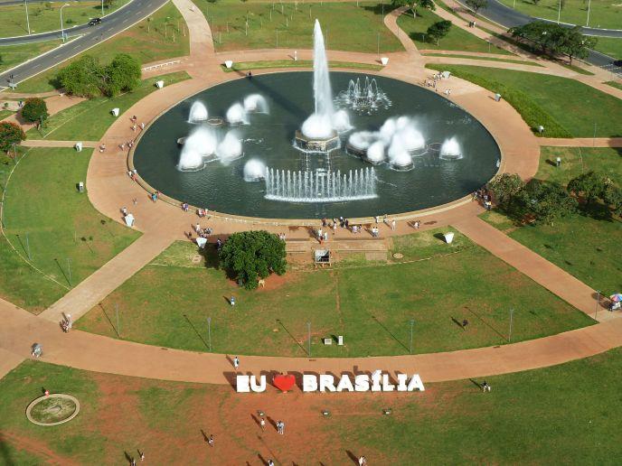 letreiro eu amo brasilia feito por quem provavelmente tem um carro