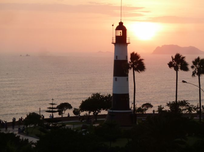 por do sol no faro de miraflores