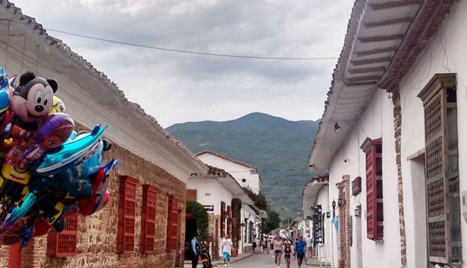 baloes-e-mickey-nas-ruas-de-santa-fe-de-antioquia-colombia