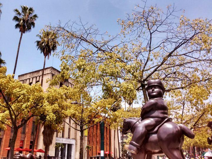 medellin-linda-plaza-botero-escultura-1