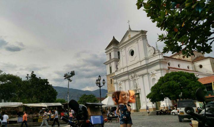 plaza-de-santa-fe-de-antioquia-pueblito-quente-da-colombia