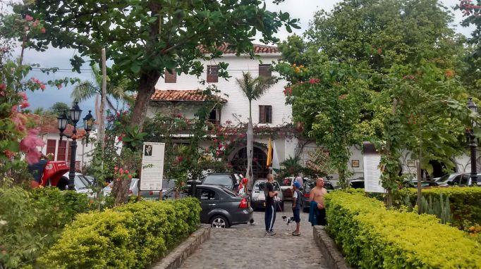 plaza-em-santa-fe-de-antioquia-pueblitos-da-colombia