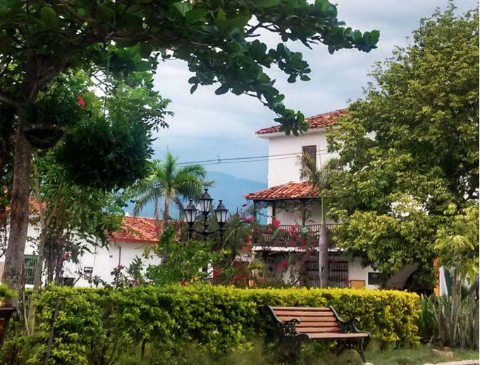 plaza-em-santa-fe-de-antioquia-pueblo-da-colombia-1
