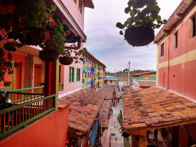 ruas-coloridas-de-guatape-colombia-turismo