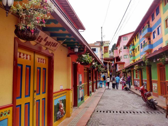 ruas-coloridas-de-guatape-colombia