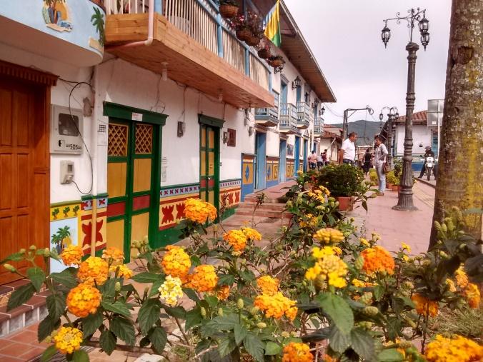 ruas-coloridas-guatape-colombia-proximo-a-medellin-turismo