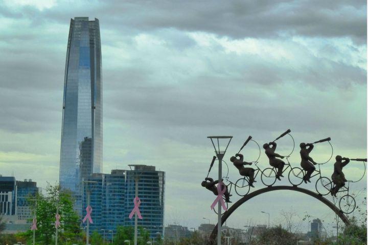 sky-costanera-visto-do-parque-bicentenario-em-santiago-chile