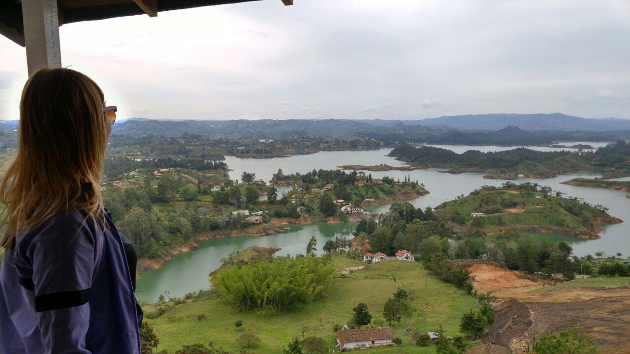 el-penon-de-guatape-vista-da-piedra-del-penol-em-outubro-na-colombia