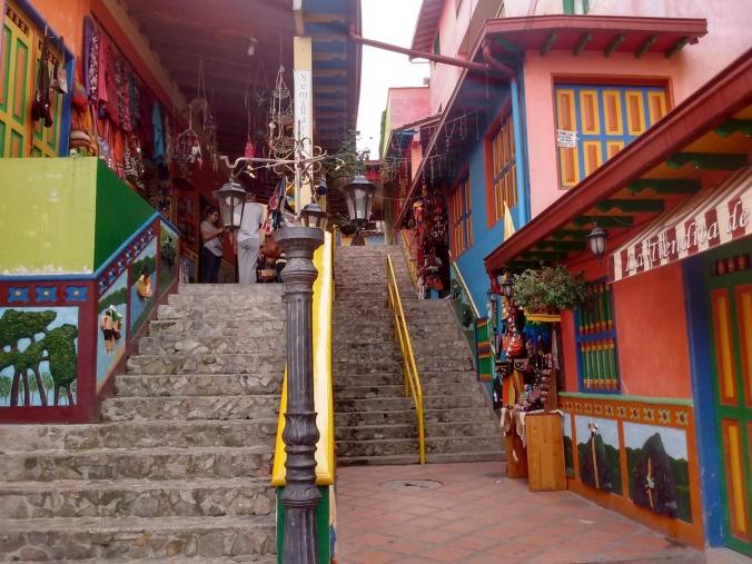 escadarias-e-ruas-coloridas-em-guatape-colombia