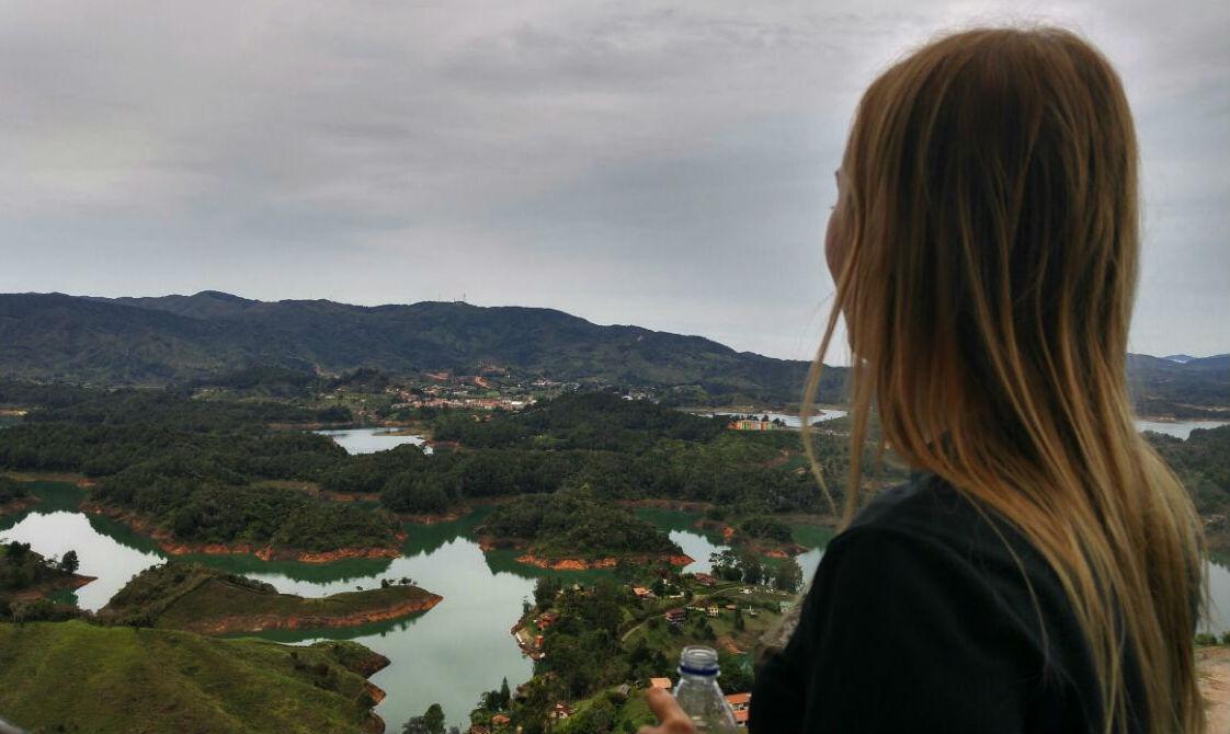 vista-da-piedra-del-penol-em-dia-nublado-colombia