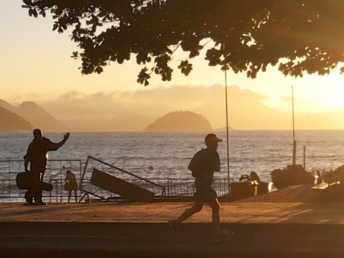 nascer-do-sol-e-corrida-na-praia-de-copacabana