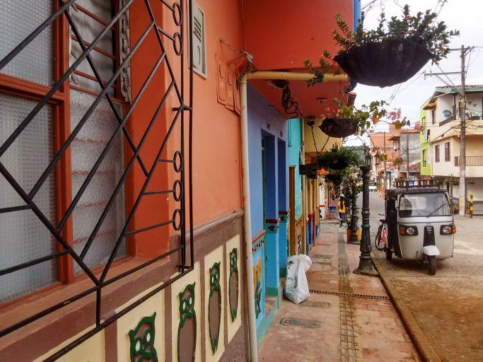 tuk-tuk-em-guatape-destinos-lindos-na-colombia
