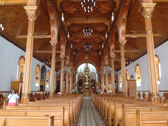 uma-das-muitas-igrejas-bonitas-na-colombia-guatape-medellin