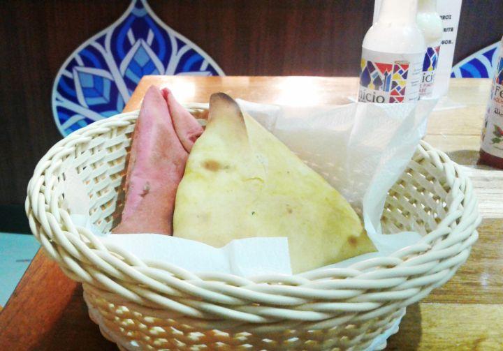 esfiha de queijo e berinjela no basha comida libanesa e vegetariana no rio de janeiro copacabana.jpg